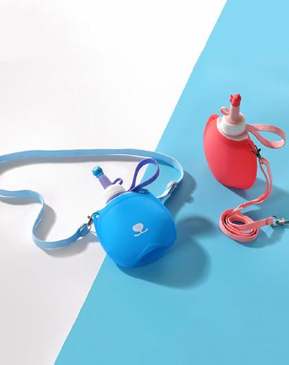 日康儿童便携水袋幼儿园水杯背带水壶饮水袋硅胶折叠水壶